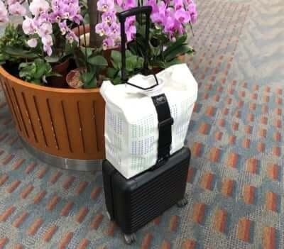スーツケースにバッグをとめるベルト