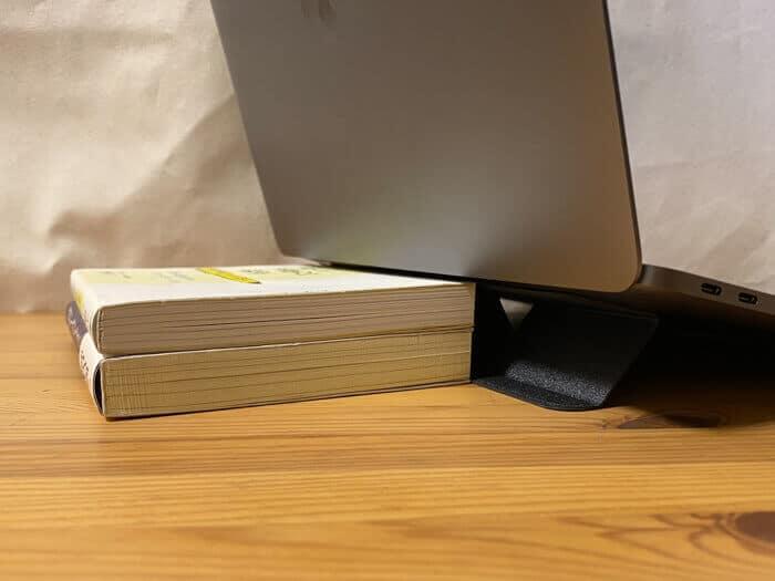 MOFT miniの高さはビジネス書二冊分