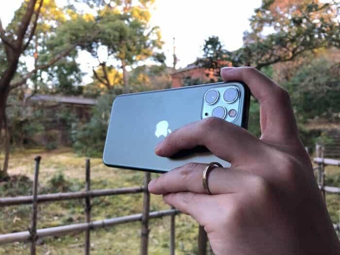 iPhone11 Proレンズに指がかかる