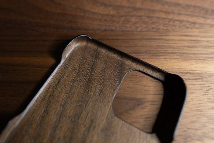 裏面にも木材を利用したiPhoneケース